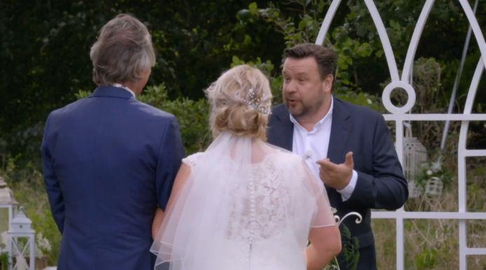 Monique en Aron stappen in het huwelijksbootje onder toeziend oog van René, Moniques ex.