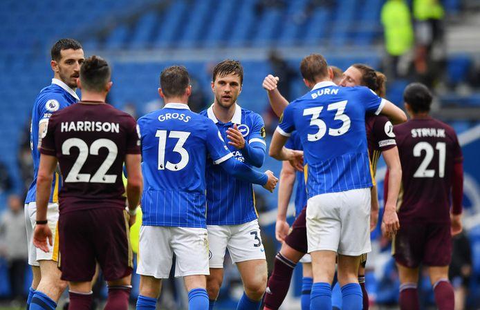 Joël Veltman en zijn ploeggenoten feliciteren elkaar.