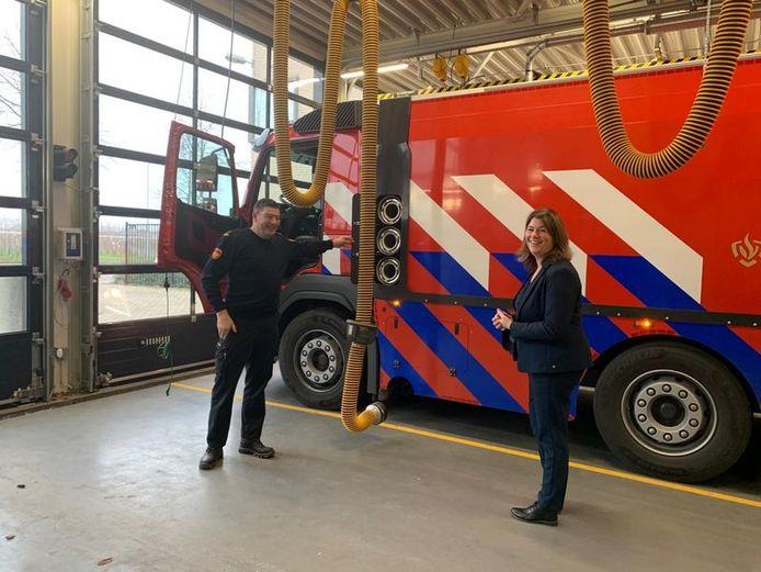 Burgemeester Joyce Vermue (r) neemt kijkje bij de nieuwe waterwagen van de brandweer in Zundert