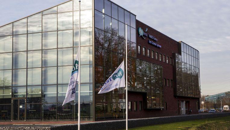 Bij het gebouw van vmbo AOC Terra hangen de vlaggen halfstok Beeld ANP