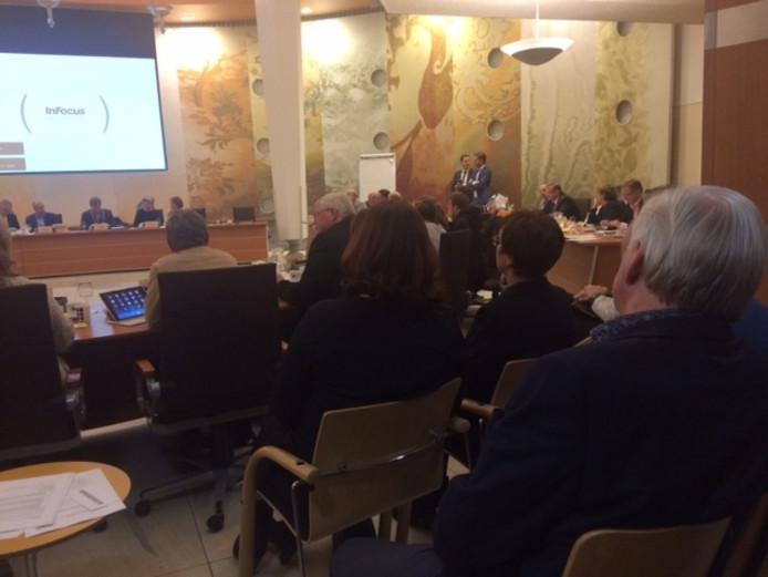 Frans van den Berg(rechts) werd gekozen tot opvolger van de vertrekkende wethouder Ben Tuithof, op de foto nog uiterst rechts achter de collegetafel.
