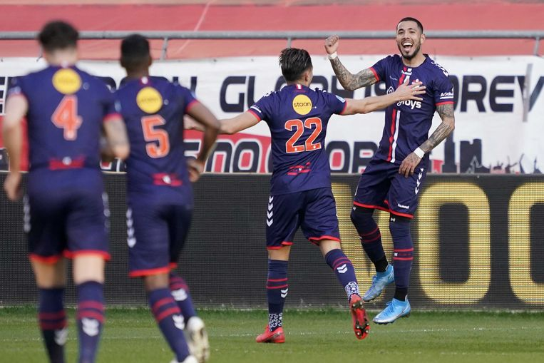 Vlnr: Nick Bakker, Miguel Araujo, Caner Cavlan en Sergio Pena vieren de 0-1 voor Emmen. Beeld ANP