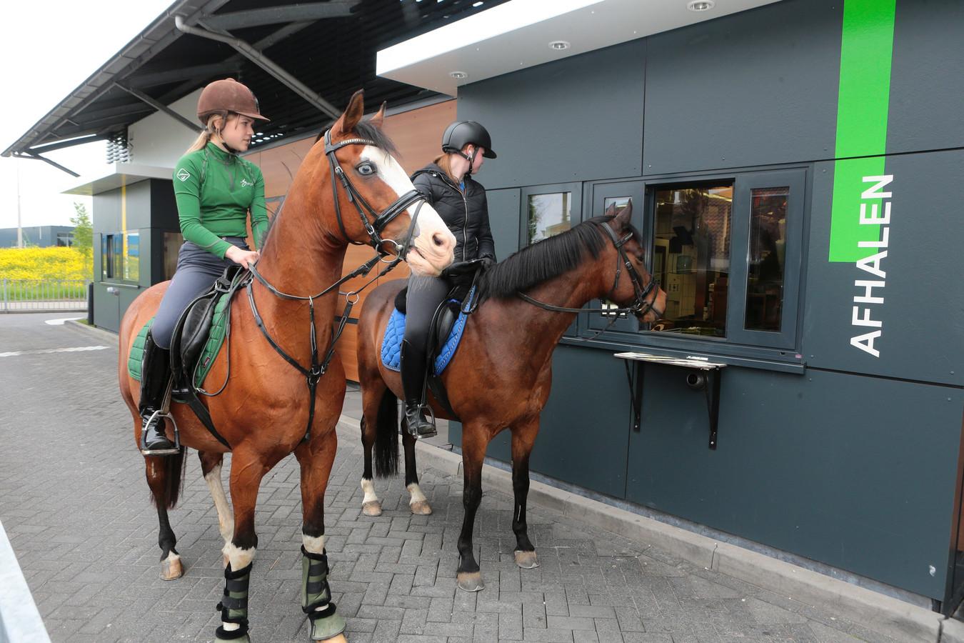 Minke en Natasja gaan regelmatig te paard door de drive-through in Vuren.