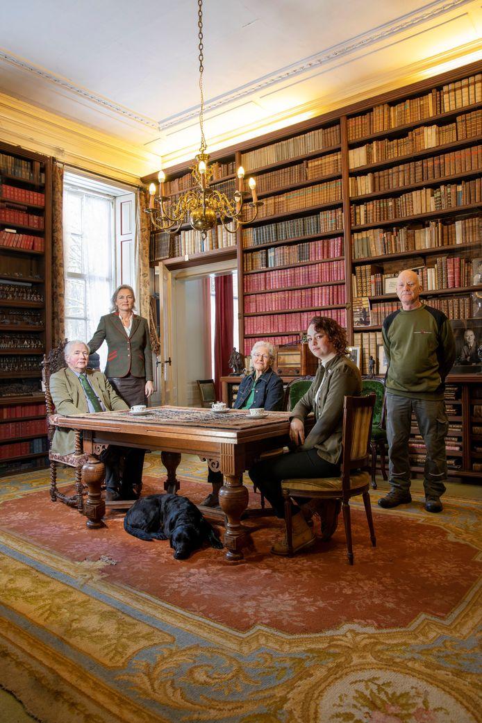 De familie Van Verschuer in de bibliotheek van Mariënwaerdt.