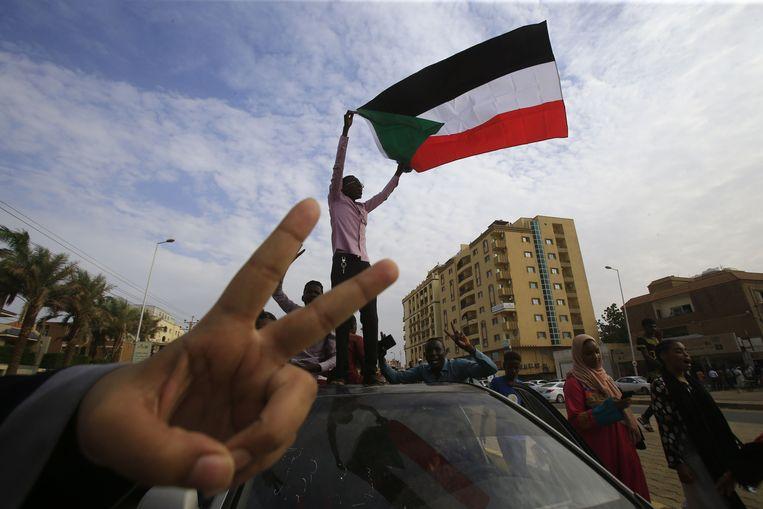 Een betoger met een Soedanese vlag in hoofdstad Khartoum.