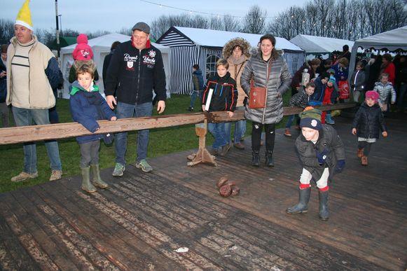 Ook de jongste bezoekers wagen zich aan een spelletje gaaibolling.