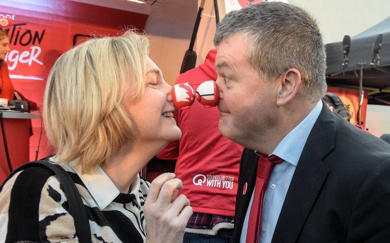Vlaams minister van Werk Hilde Crevits (CD&V) en haar collega van Samenleving Bart Somers (Open Vld) doen van neuze-neuze. Beeld Photo News
