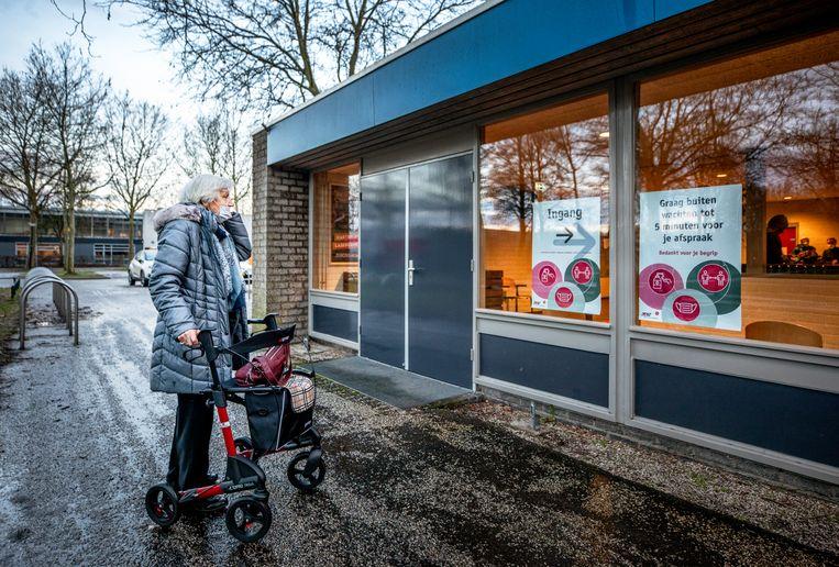 Mevrouw Lock (91) is een van de eerste negentigplussers die gevaccineerd wordt. Ze haalt haar prik bij het vaccinatiecentrum in een sporthal in Apeldoorn. Beeld Raymond Rutting / de Volkskrant