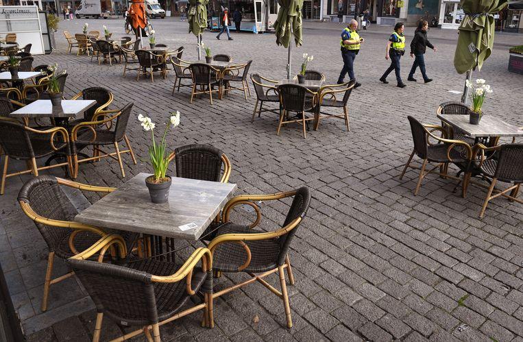 Een horeca-ondernemer in Den Bosch bouwt elke dag zijn terras op, ook al mag er geen gebruik van worden gemaakt door zijn klanten. Beeld Marcel van den Bergh / de Volkskrant
