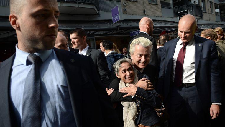 Geert Wilders knuffelt een fan in Almere. De relatie tussen politici en kiezers wordt meer door affectie bepaald dan door het programma. Beeld Marcel van den Bergh