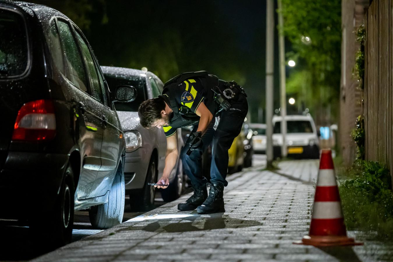 De politie trof hulzen aan op straat.