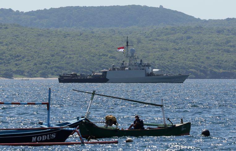 Een Indonesisch marineschip neemt deel aan de zoektocht naar de vermiste onderzeeër. Beeld AP