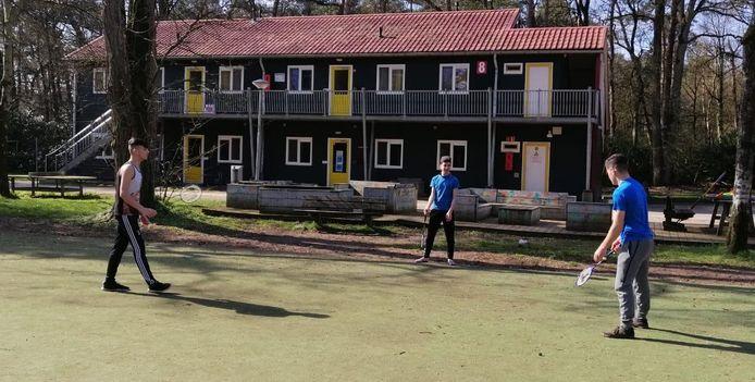 Asielzoekers badmintonnen op hun centrum in Oisterwijk op gepaste afstand van elkaar