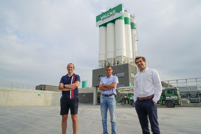 Verantwoordelijke Tom Develter, ingenieur Kristof Ricourd en gedelegeerd bestuurder Charles Valcke voor de nieuwe stortbetoncentrale.