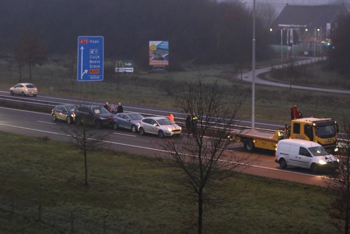 Op de A73 zijn tussen Cuijk en Nijmegen zijn donderdagochtend vier auto's met elkaar gebotst.