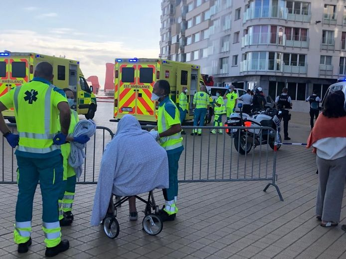 André De Jaegher kreeg een deken over zich heen na de brand op de Albert I-Promenade in Oostende