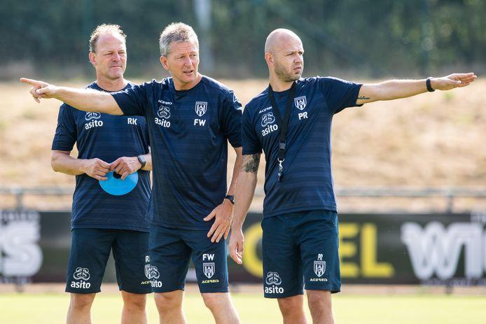 Peter Reekers (rechts), hier op een archieffoto met assistent-trainer RenéŽ Kolmschot en trainer Frank Wormuth, gaat op zoek naar een nieuwe uitdaging.