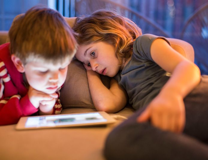 Vroeg 'schermregels' afspreken, voorkomt problemen in de puberleeftijd.