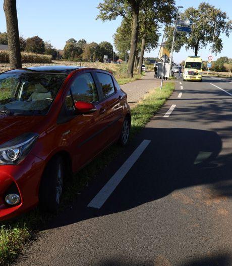 Fietsster raakt gewond bij botsing tegen auto in Volkel
