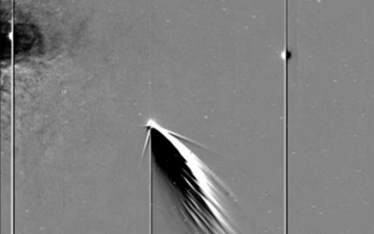 Op de foto links Mercurius, in het midden de komeet en rechts op de streep de aarde. Beeld NASA