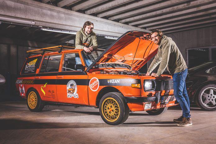 Freek en Hannes met hun Tourust in Kean Suspensions in Evergem. Nadat de airrides geplaatst zijn, is de auto zo goed als af.