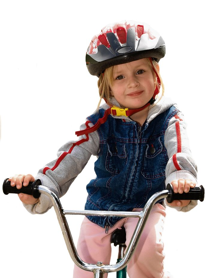De fietshelm kan niet alleen letsel voorkomen bij kinderen. Ook anderen hebben er baat bij.