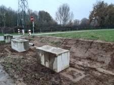 Betonnen palen moeten tractoren weren van fietspad brug over de Maas