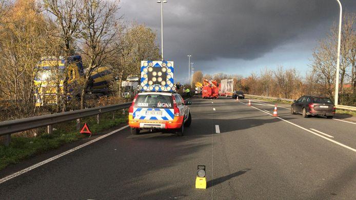 In de richting van Zeebrugge kan het verkeer nog door over de pechstrook.