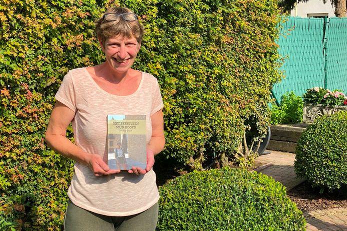 Nancy Beké (47) uit Bambrugge schreef haar ervaringen na zeven jaar clusterhoofdpijn neer in een boek.