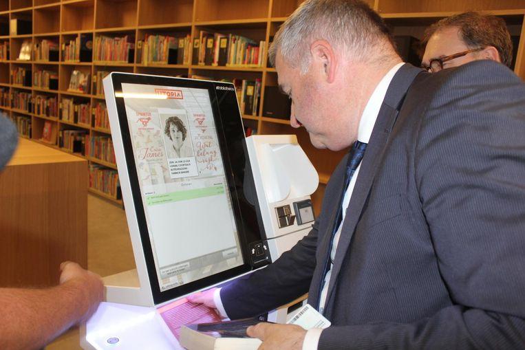 Schepen Van Overmeire leent als eerste enkele boeken in Utopia.