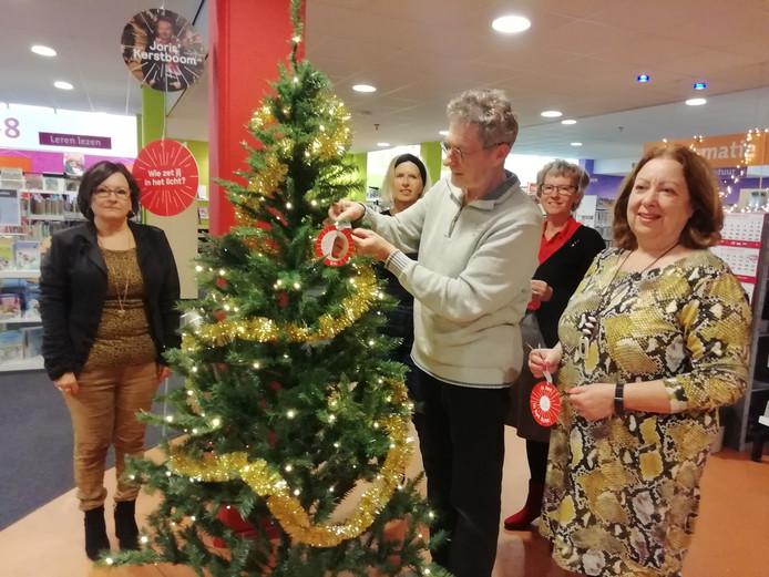 De eerste ballen hangen inmiddels in de boom, die tot kerst in de bieb staat.