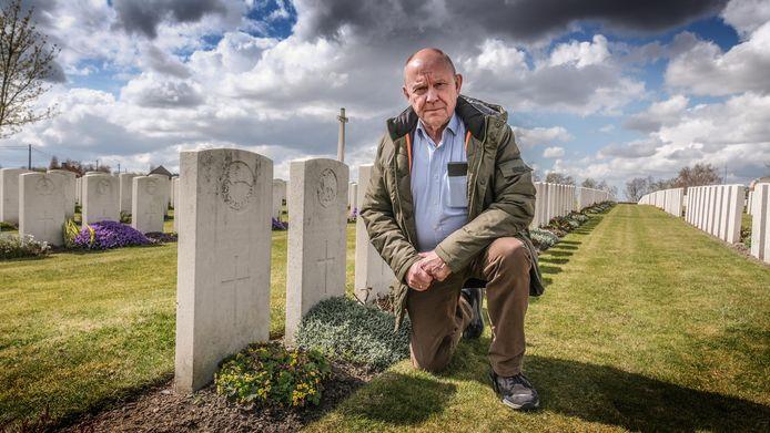 Freddy Declerck bij het graf van de kapitein Ernest Parry, een officier die sneuvelde in WO I en 103 jaar in een anoniem graf lag.
