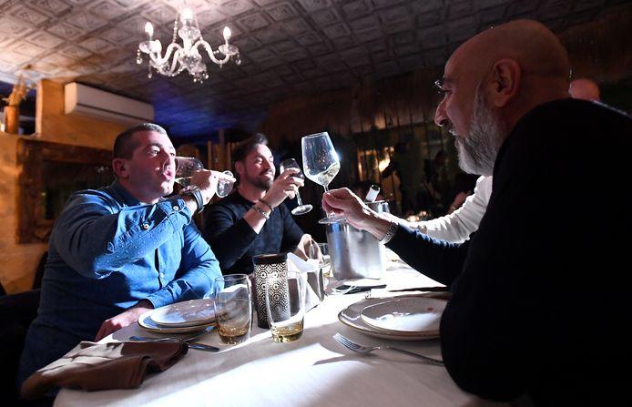 Klanten in een restaurant in Milaan.