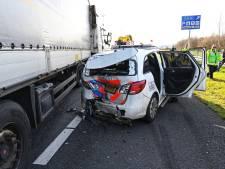 Vrachtwagen ramt politieauto op A16 bij Hazeldonk
