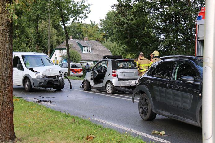 De twee auto's die frontaal zijn gebotst op de Arnhemseweg tussen Beekbergen en Apeldoorn. Hoe de andere twee auto's bij het ongeluk betrokken zijn is nog niet bekend.