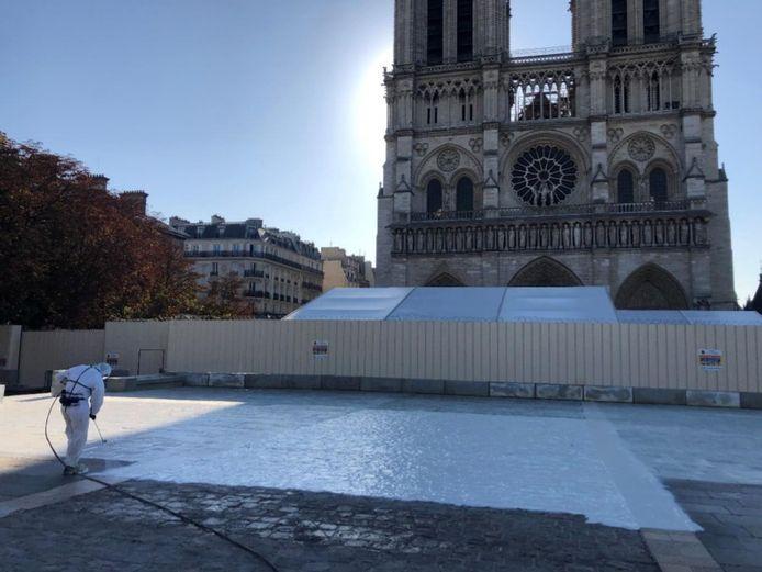 De reinigingspasta van Lokerse makelij moet de omgeving rond de Notre Dame terug loodvrij maken.