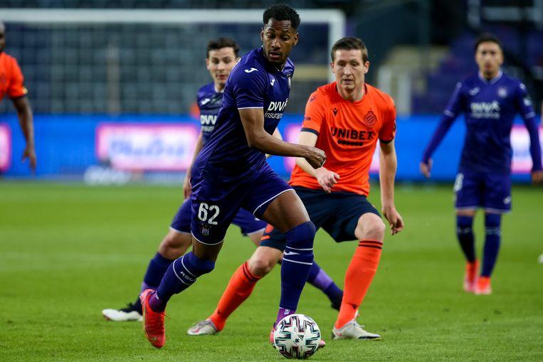 Club-speler Hans Vanaken verdedigt op Michael Murillo van Anderlecht. Beeld Photo News