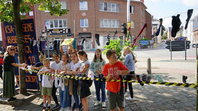 Aan het kerkplein verscheen donderdag een gigantische waslijn waaraan de leerlingen hun sokken konden ophangen.