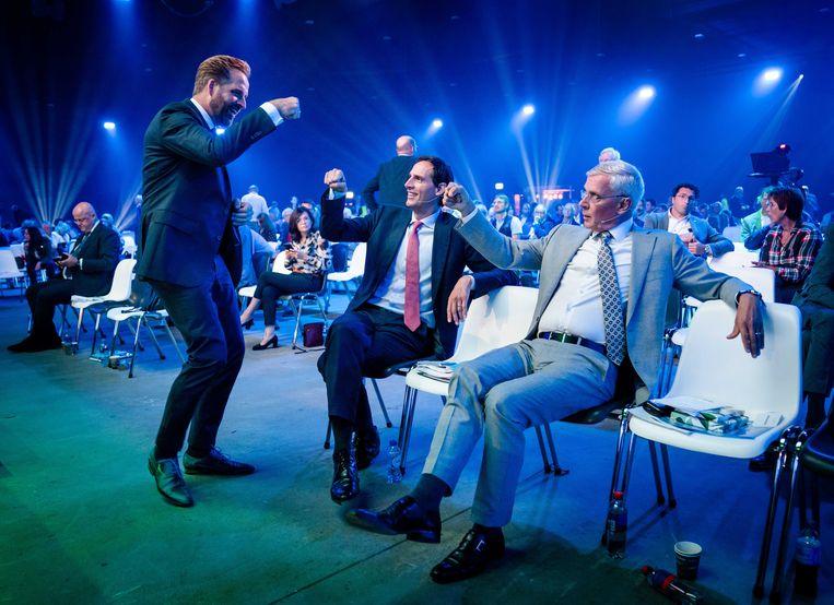 Demissionair zorgminister Hugo de Jonge geeft CDA-partijleider Wopke Hoekstra en interim-partijvoorzitter Marnix van Rij een boks. Beeld ANP