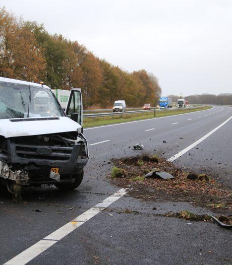 Bestuurder gewond bij ongeluk met vrachtwagen en bestelbus op A67 bij Asten, weg weer vrij