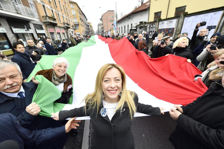 Giorgia Meloni, leider van Fratelli d'Italia, op een demonstratie in Milaan.  Beeld EPA