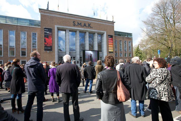 Een wake voor de deuren van het S.M.A.K. in Gent, dat door Jan Hoet werd gesticht. Beeld BELGA
