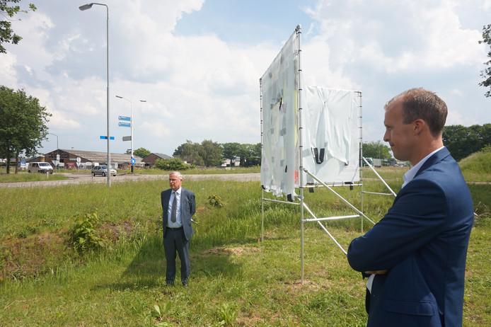Wethouder Guus van der Put (links) en Joep Horevoorts bij de onthulling van een bouwbord aan de Tijvoortsebaan.
