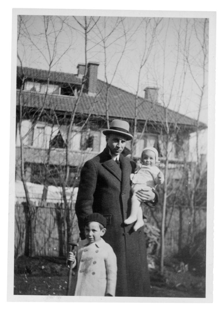 Vader Abraham Rutger van der Vlugt met zijn zoons Frederik Jules (l) en Abraham Rutger (Bram).  Beeld Eigen archief