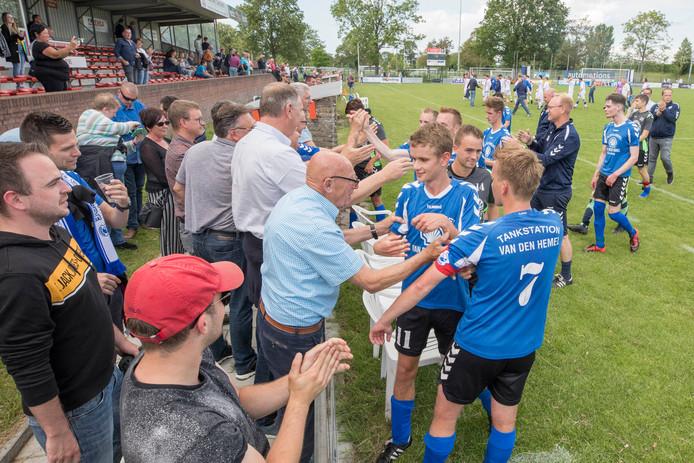 De supporters van Groede bedanken na afloop de spelers van hun club. Rechts Arno van den Hemel (7).