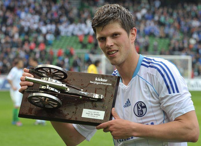 Klaas-Jan Huntelaar met de trofee die hij als topscorer van de Bundesliga kreeg.