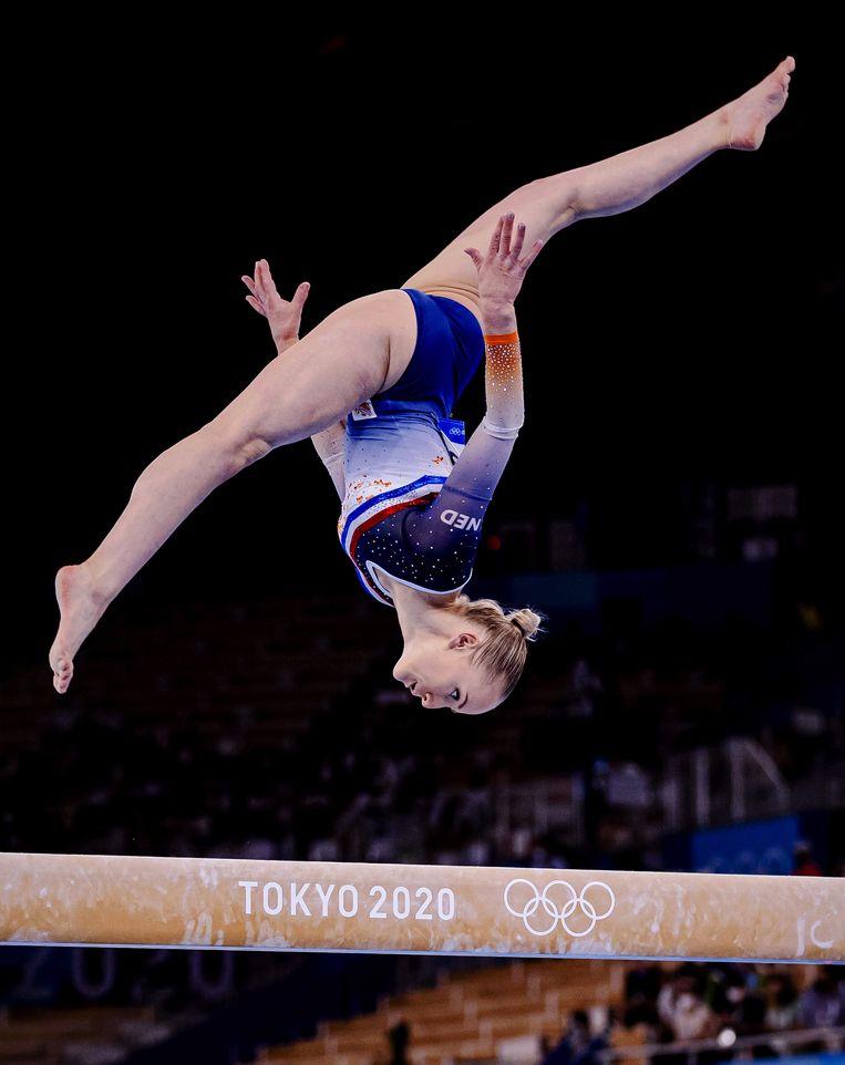 Sanne Wevers in actie op balk. De turners wonnen geen medailles in Tokio.  Beeld ANP