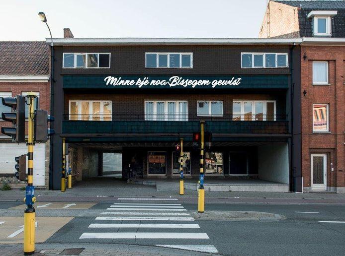 Zo zal het oud gemeentehuis er binnen enkele weken uitzien. Merk de zwarte kleur op en de spreuk 'Minne kjé noa Bissegem gewist'.