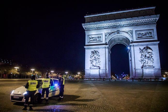 Franse politie controleert het verkeer in Parijs.  EPA/CHRISTOPHE PETIT TESSON
