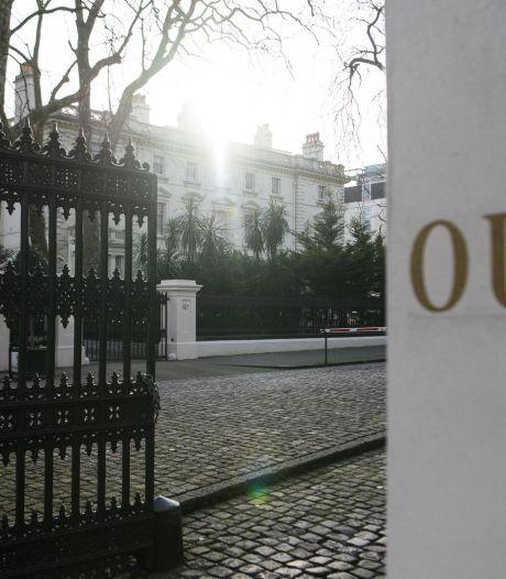 Des diplomates russes expulsés quittent l'ambassade à Londres